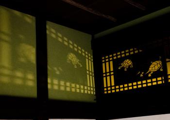 こちらも組格子の中に組み合わせた亀がユーモラスで印象的な透かし彫り・・・まるで影絵を見ているかのようです。
