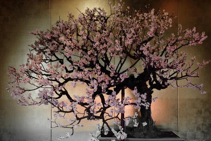 地下道の中には、門脇俊一画伯の屏風絵が展示してあります。 絵は江戸時代(宝永年間)の京都三条大橋を起とした、参宮道中の風景。  「現代と伊勢を繋ぐタイムトンネル」に見立てて作られた地下道は、歩いているうちに江戸時代へタイムスリップするかのような気分になります。