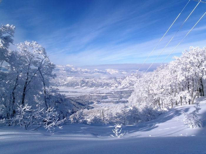 「野沢温泉スキー場」は、100%天然雪のスキー場。上質なパウダースノーと、最長滑走距離10kmという超ロングコースも魅力。景観の素晴らしさから上信越高原国立公園に指定されており、スキーのあとには、もちろん温泉のお楽しみも!5月7日(日)まで営業予定。