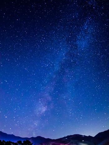 【星月夜(ほしづきよ)】秋の夜、満天に撒いたかのように星が輝く夜のこと。/【星祭(ほしまつり)】【七夕】牽牛と織姫を祭る行事。旧暦の7月7日は、2017年では8月28日に当たります。七夕が秋の季語なのは、このような旧暦とのずれのためです。