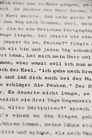 パソコンにタイプライターのフォントをダウンロードして、ドイツ語の文章を新聞用紙にプリントアウトすると、こんな雰囲気に♪ちょっとインクがかすれた感じの、味のある文字がプリントされます。「タイプライター フォント」で検索するといろいろなデザインのフォントが出てくるので、お好みの文字を探してみて下さいね。