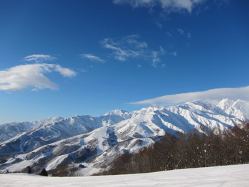 日本有数の国際山岳スキーリゾート「白馬八方尾根スキー場」。長野冬季オリンピックが行われたゲレンデです。白馬三山、妙高山、八ヶ岳連峰、浅間山などが大パノラマで望める素晴らしいロケーションも魅力です。5月7日(日)まで営業予定。