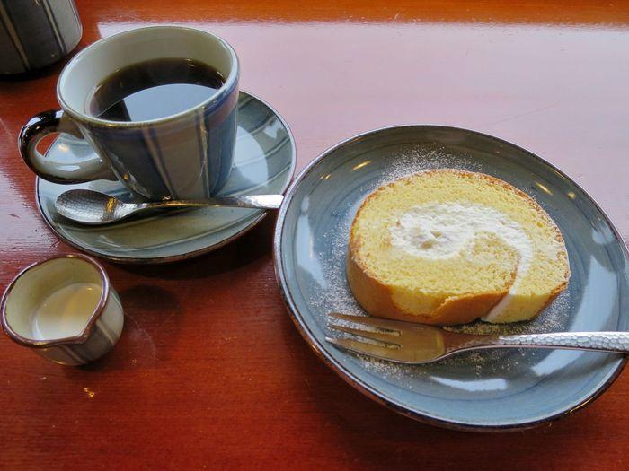ゆっくりとくつろぎたいときにおすすめなのが「五十鈴川カフェ」。 五十鈴川を眺めながらまったりケーキが食べられます。
