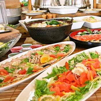 「白馬ハイランドホテル」の夕食バイキングは、宿泊者以外の夕食バイキングも利用可。89.8(ハクバ)km圏内の食材を料理全体の81(ハイランドのハイ)%使用するのが目標とか。40種類の料理が楽しめます。