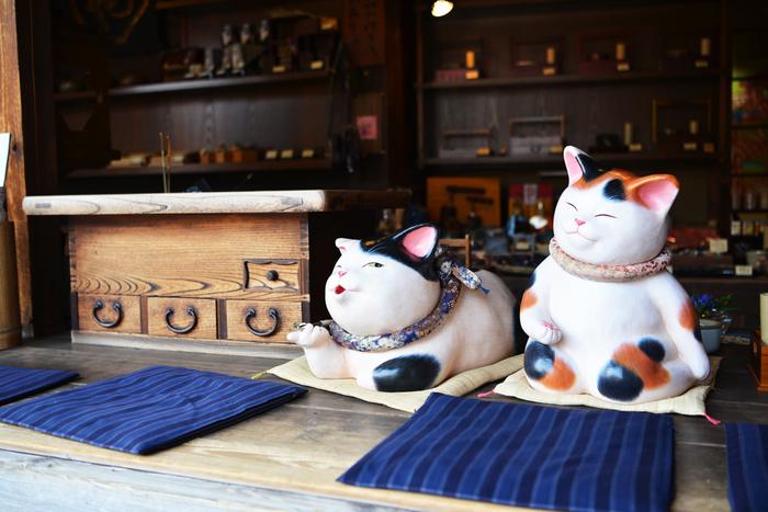 街のいたるところに猫の姿が。 リラックスしている様子が可愛らしいですね。