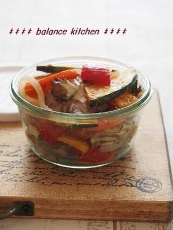 野菜を焼いてから塩麹でマリネします。こちらも作り置きしておくと、付け合わせやサンドイッチの具材などにも便利。冷蔵庫に余った半端野菜で作ってもいいですね。