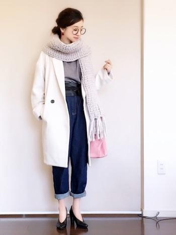 チェスターコート×マムジーンズは相性抜群です。足元をヒールで合わせれば、ゆるめシルエットのマムジーンズもスッキリ見えます。首元のざっくり編みのマフラーが可愛らしさもプラスしてくれています。