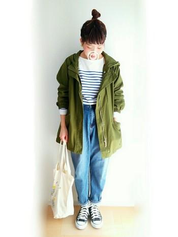 ミリタリージャケットにマムジーンズを合わせたカジュアルなスタイル。色の組み合わせが絶妙ですね。