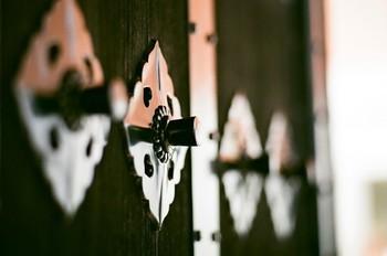 武家屋敷の門には秩序ある釘隠しの形・・・江戸時代の金具の意匠は、現代の住空間の中にもインパクトを与えます。