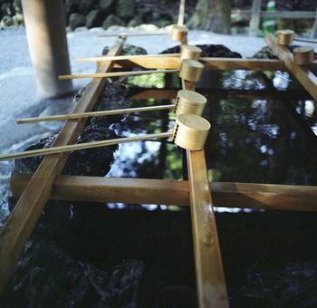 猿田彦神社を訪れた後は、先に内宮へ。  こちらには皇室の御祖先の神である「天照大御神」がお祀りされているのです。 垂仁天皇の26年に、神路山・島路山を源とする五十鈴川の川上にご鎮座された『日本人の総氏神』。 一度立ち入ったら、その神聖な空気に圧倒され、心が澄むような感覚になります。  内宮をぐるっと一周し終わったら帰りにおはらい町やおかげ横丁で伊勢の歴史に触れながら、お土産を見たりグルメ旅をするのもお伊勢参りの醍醐味ですよね。