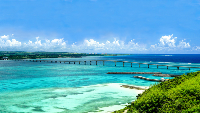 沖縄本島から南西方に約310キロにある宮古島。北東から南西へ弓状となっている平坦な島です。 有名な観光名所として、  ◆宮古島の北の端と池間島を結ぶ池間大橋 ◆真ん中がドーム状の天然の大岩がある砂山ビーチ