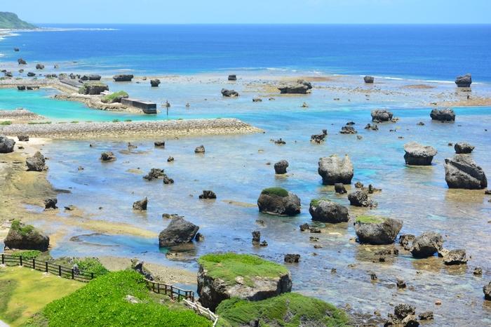 隆起珊瑚礁の石灰岩があるのも東平安名崎の特徴です。  岩の形や置き方がアートですね^^