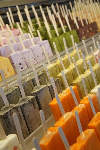 ショーケースの中には色とりどりの様々な味のバーがぎっしり!