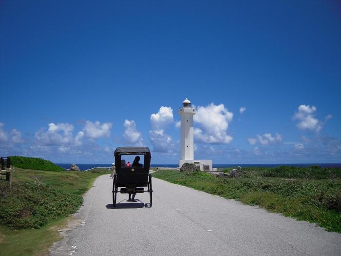 もう歩けない。。。  という人におススメ、「人力車」。 美しい景色と琉球民謡の弾き語りが最高♪♪  灯台まで案内してくれますよ