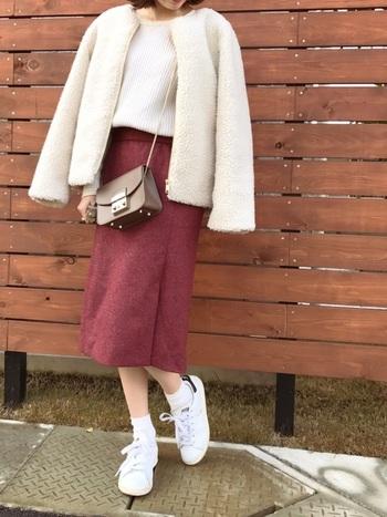 ふわふわなコートとレトロなピンク色スカートが可愛らしいこちらのコーデ。色味と素材を柔らかいアイテムで合わせ、休日コーデを楽しみましょう。