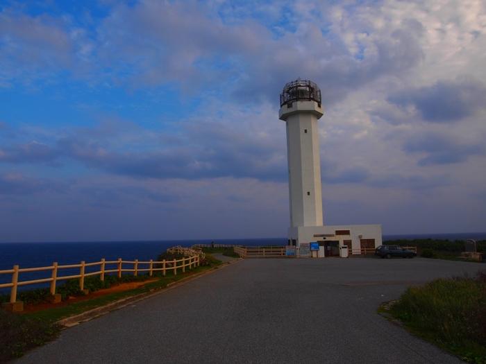 東にある岬なので、太陽が沈むところは見れませんが、夕焼けと雲と海、灯台を見るだけで自然の美しさを感じることができます!