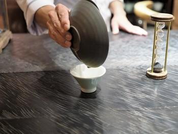 1煎目、2煎目、3煎目と、目の前で淹れて下さる所作の美しさだけでも、一見の価値はあるとか。 その場で焙煎するほうじ茶の豊かな香り、玉露は3煎楽しんだ後茶葉をポン酢で味わう趣向、日本茶の世界を広げてくれるお店です。和菓子や食事も楽しめます。