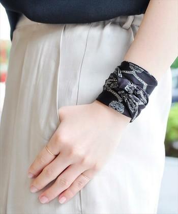 これから半袖の季節になって、手首を露出する機会も増えますね。コーデのポイントになるスカーフ使いです。