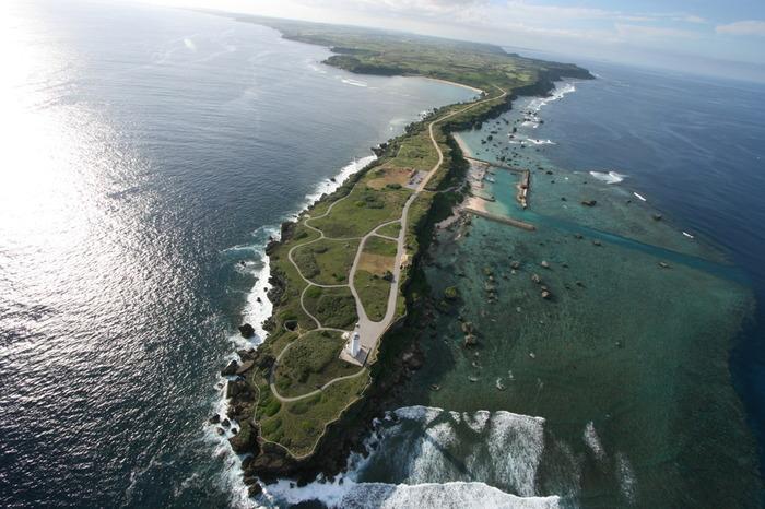 沖縄方言で東のことを「あがり」と呼ぶことから、「あがりへんなざき」とも読む岬です。 宮古島の南東から先端まで約2キロメートルあります。