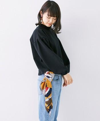 サイドにあるベルトループに通して軽く結ぶだけで存在感のある着こなしに。またベルトとして使ってもおしゃれですよね。