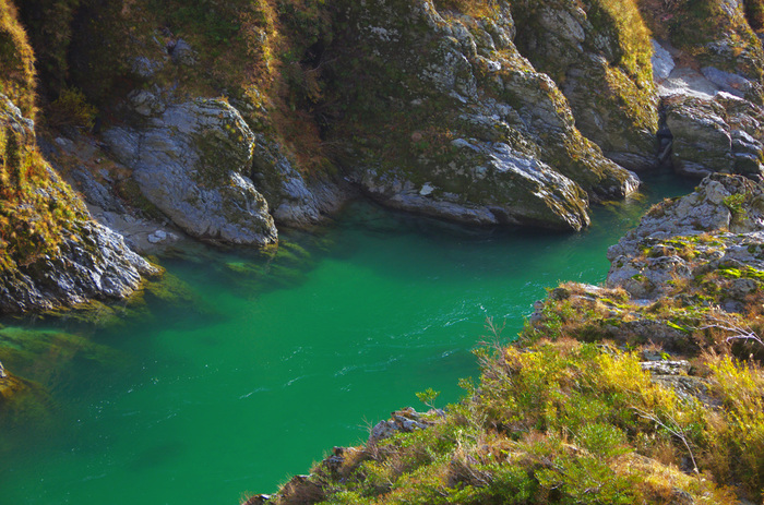 エメラルドグリーンの美しい川は、人気が高い理由です。
