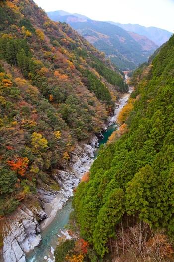 徳島県の秘境とも言われている、「祖谷渓-いやだに-」。 かずら橋や、小便小僧でも知られている絶景スポットです。