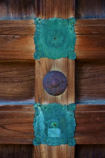 福田寺の飾り金具山門扉・・・経年からか、上下の釘隠しが脱落したのでしょうか…またそれも味わい深いですね。