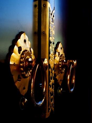 浅草寺の宝蔵門の扉の取っ手金具。ゴージャスな雰囲気ですね。
