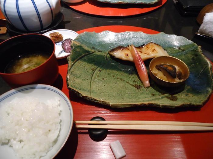 「一の傳」では、リーズナブルな価格で、前菜の盛り合わせや椀物等の懐石料理と共に、遠火の中火でじっくりと焼き上げた西京焼きが頂けます。ご飯は、土鍋炊きのふっくらご飯。味噌汁、漬物、水菓子付きです。【画像は『銀鱈の蔵みそ漬』】