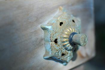 神社の六葉釘隠し・・葉と葉との間には猪目と呼ばれるハート型の隙間ができます。6片の葉の形をしていることから「六葉釘隠し(ろくようくぎかくし)」と呼ばれています。なんだか不思議で可愛らしい小窓ですね。