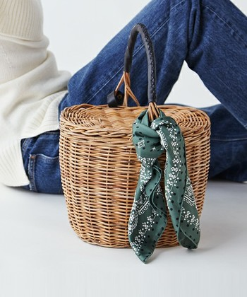 バッグのハンドル部分にさりげなく巻きつけて緩くひと結び。プレーンなバッグも、かわいらしくて、華やかな印象に。
