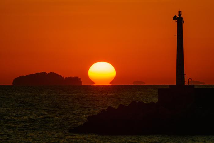 高知の冬の絶景として有名な、「だるま夕日」。 11月から2月にかけて見られる希少価値の高い絶景です。