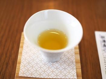 ここで味わって頂きたいのは「秋津島」という日本茶。甘味・旨味・希少性・香気・渋味全てにおいて優れたお茶です。 初めに、茶葉の香と茶葉を食して味を確認。1煎目は、氷水で淹れ、温めた茶器に入れることで温かくするという手法を用い、濃厚な味わいです。2煎目・3煎目は、お湯で淹れた香や味の違いや変化を堪能。冷茶にしたり、茶器の口が広い・狭いによる味の違いも楽しませてくれます。