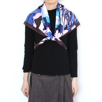 ①ふんわりと左右が同じ長さになるように肩にかけます。 ②両端をひと結びします。 ③もう一度固く結びます。 ④左右のスカーフを少し広げて、形を整えます。