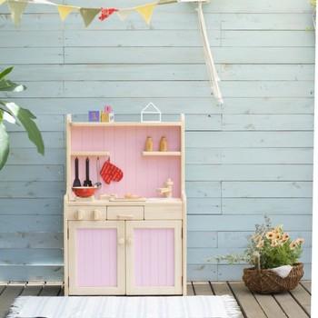 ピンクが女の子ゴコロをくすぐりますね!こんなにかわいいままごとキッチンなら、飽きずに遊んでくれそうです。
