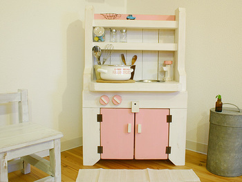 白×ピンクも女の子が好みそうな色です。ガスコンロのつまみや水道のハンドルが同じ色で統一されており、とても可愛らしい仕上がりになっています。