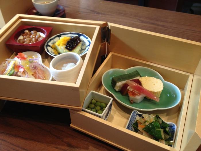 『京おぞよ御前』は、店自慢の西京焼に、口取りの二段重・蓋物・おぞよ・白ご飯・甘味がセットになった会席料理です。 【画像は、色とりどりの料理が盛られた「口取りの二段重」】