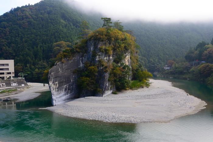 軍艦のような形状から「軍艦岩」とも、太陽の光が反射して岩肌の色が変化して見えることから「七面鳥岩」とも呼ばれる高さ37m、最大幅137m、長さ237mの「御三戸嶽」。