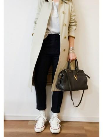 カジュアルなイメージが強いコンバースですが、クラシカルなバッグとホワイトのコンバースで、ちょっぴり上品なスタイルも作れちゃいます♪
