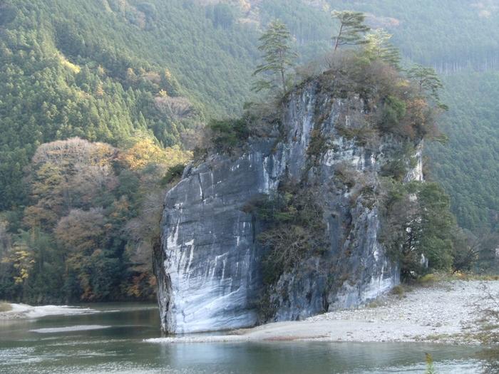 自然が生んだ絶壁は河原に下りて間近に見るとより迫力を感じます。