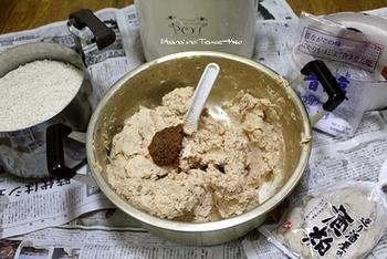 (6)塩と麹を軽く混ぜ、さらにつぶした大豆を入れてよく混ぜます。