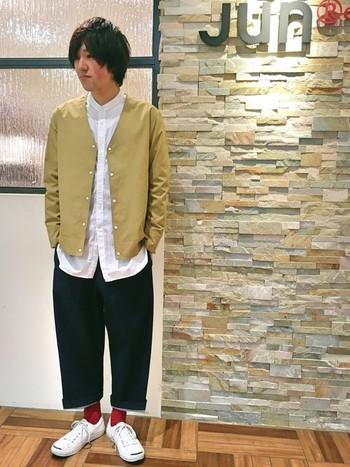 真っ赤な靴下と真っ白のコンバースが目を惹きます。ワイドパンツとのバランスも良く、お手本にしたい上級者コーデです。