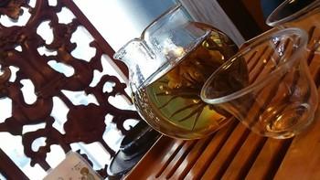 中国茶は、10回ほどお湯を注いで楽しめますので、ゆっくりお喋りするにはぴったり。こちらは、ガラスのポットの中で花開く美しい工藝茶です。