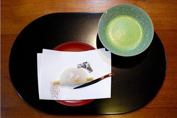 """京都の新春を彩る""""花びら餅""""は、紅色の餅(求肥)と甘く炊いた牛蒡、味噌餡を求肥で包んだ伝統の生菓子。"""