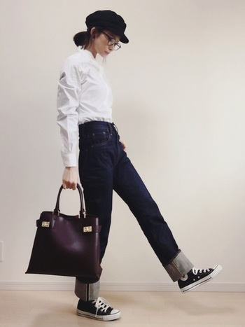 白シャツ×デニムは、まるでパリジェンヌのよう♪デニムの青に白いシャツがさわやかな組み合わせに。キャスケットや眼鏡などの小物は黒を選べば、コーデがきりりと引き締まります。