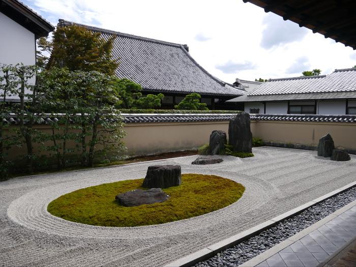 京都には、禅宗(臨済宗、曹洞宗、黄檗宗)の中でも、室町幕府の保護を受けた臨済宗の寺院が特に数多く存在しています。そのため、精進料理を提供するのも、ほとんどが臨済宗の寺院です。