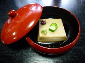 こちらは胡麻豆腐です。濃厚な胡麻の味としっかりとした弾力で、食べごたえがあります。持ち帰り用のパックも売っているので、お土産にもおすすめです。
