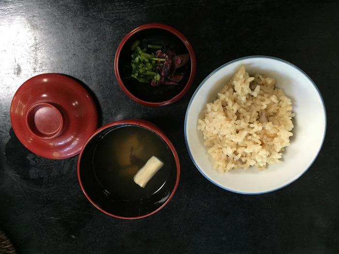 北区にある臨済宗大徳寺派の大本山「大徳寺」境内には、「泉仙 大慈院店」という精進料理屋さんがあります。こちらでは、「精進鉄鉢(てっぱつ)料理」とよばれる精進料理を味わえます。予約して訪れるのがベターです(10名以上は要予約)。