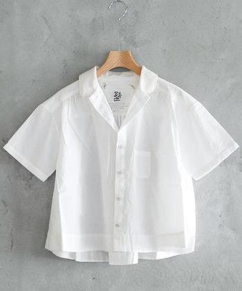 柔らかな生地感の開襟シャツは、これからの季節に大活躍してくれそうなアイテム。透け感があるので、合わせるインナーによって様々な表情を楽しめます♪