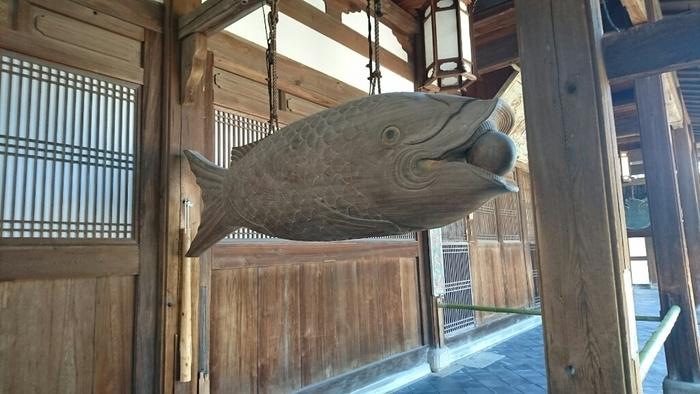 お寺の中もしくはお寺のそばで精進料理を味わえる禅宗のお寺をご紹介しました。京都を訪れた際には、お寺拝観のコースの途中やゴールに、精進料理を楽しんでみてはいかがでしょうか。  (写真は、萬福寺の魚梛(かいぱん)という木製の魚です。これを叩いて修行僧たちに食事の時刻を知らせます。木魚の原型になったといわれています。)